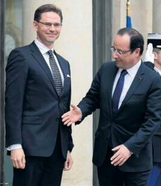 French President is Bad at Handshakes - 03