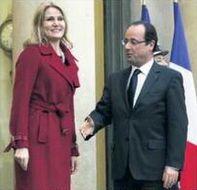 French President is Bad at Handshakes - 04